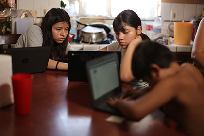 School children use school-issued computers with unreliable internet connectivity, OECD area, August 2020