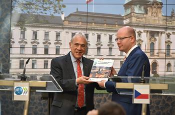 Prague, 6 June 2016 - OECD Secretary-General Angel Gurría with the Czech Prime Minister M. Bohuslav Sobotka