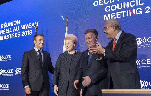 French President Emmanuel Macron and OECD Secretary-General Angel Gurría congratulate President Dalia Grybauskaitė of Lithuania and President Juan Manual Santos of Colombia after the signing of Accession Agreements for the two countries to join the OECD.