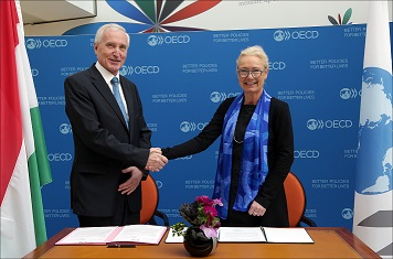Dr István Mikola, State Secretary for Security Policy and International Cooperation at the Ministry of Foreign Affairs of Hungary and DAC Chair Ms Charlotte Petri Gornitzka, OECD.