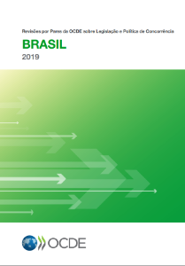Book cover of the 2019 OECD Peer Reviews of Competition Law and Policy in Portuguese with green and white colors and back letters