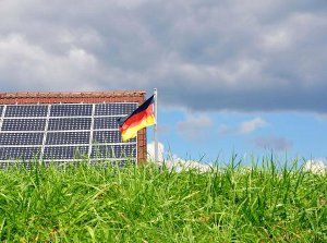German solar panels and flag ©iStockphoto/Thinkstock